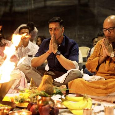 Akshay Kumar and Manushi Chhillar Perform Puja As Prithviraj Shooting Begins Soon!