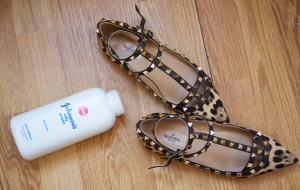 Baby powder helps to ward off the smell from shoes