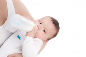 Bottle-fed babies develop colic pains due to intake of air