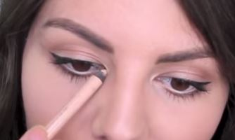 You can also highlight the inner corners of your eyes to  add an element of drama to your eye makeup
