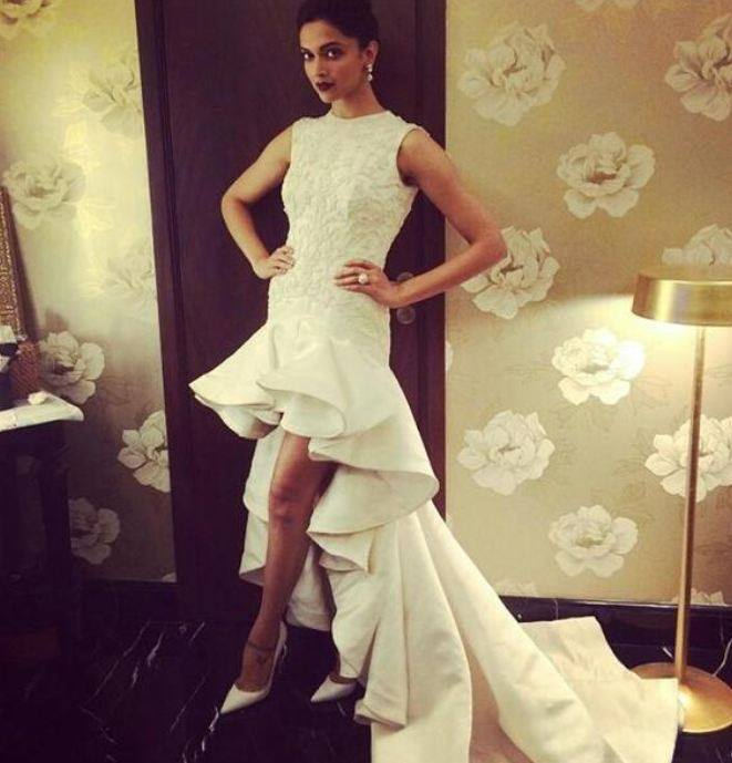 Deepika wore an eye catching white lace gown with a long trail at Filmfare Awards on Saturday!