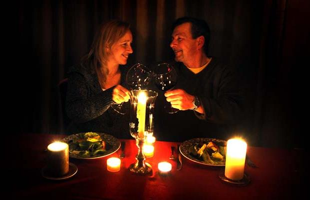 Romantic candle light dinners are the best way to propose your girl