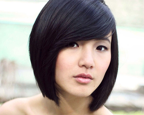 An asymmetrical bob cut not only looks funky but also makes you look thin