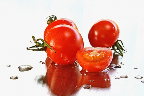 Tomatoes sprinkled with water, getting rid of blackheads,