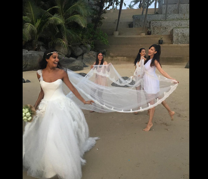 lisa-haydon-beach-wedding
